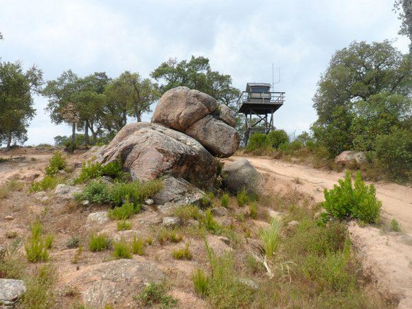 Junto al yacimiento ibérico de Montbarbat, situado entre Lloret de Mar y Maçanet de la Selva, encontramos este dolmen y un puesto de vigilancia que durante el verano es utilizado por los guardias forestales para prevenir incendios