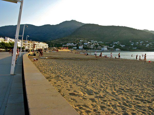Así pues, la Playa de la Ribera es un playa familiar con excelentes servicios para los bañistas que se encuentra frente al centro del Port de la Selva, y recorrida por un precioso paseo marítimo