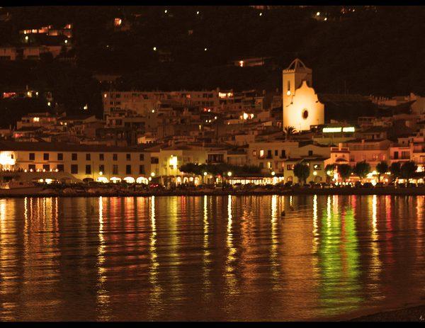 Durante las noches de verano el paseo marítimo del Port de la Selva, que recorre la Playa de la Ribera, presenta un aspecto animado con sus bares y restaurantes