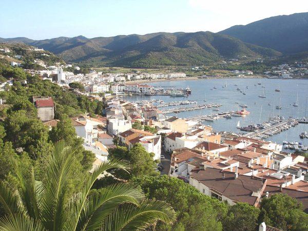 La Playa de la Ribera y su puerto se encuentran rodeados de montañas que forman parte del Cabo de Creus