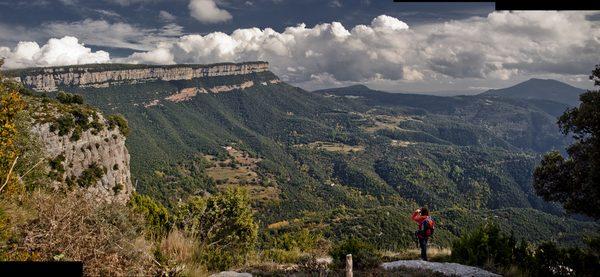 Es posible subir hasta el mirador del Far a pie, por las pistas forestales señalizadas, o bien en vehículo