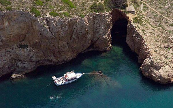Cova de la Sal es una cueva marina que se encuentra en las proximidades de la Cala Montgó, entre Torroella de Montgrí i l'Escala, en la Costa Brava