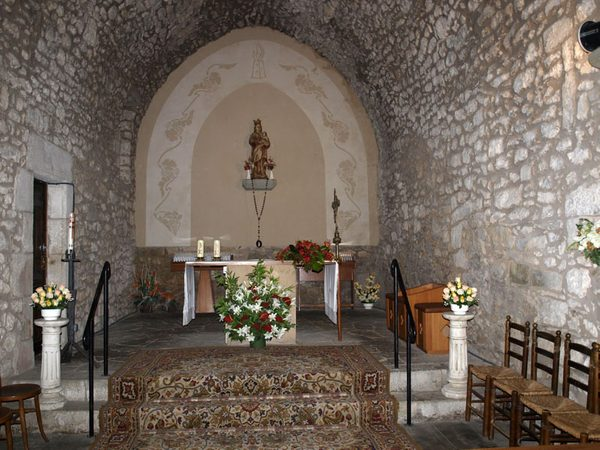 El Santuario de la Virgen de Susqueda, en la cima del Far, conserva una bella escultura medieval