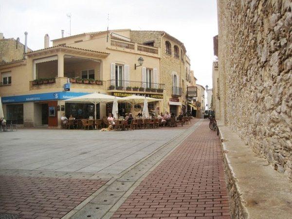 Es Pedrís Llarg es el centenario banco de piedra situado en el lateral de la Iglesia de Sant Pere, y que da a la Plaça de la Vila de Begur