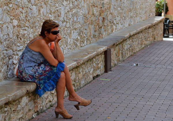 El verano es tiempo de relajación, una época ideal para dejar transcurrir el tiempo en calma. Una de las actividades más populares en Begur es, al atardecer, sentarse sobre Es Pedrís Llarg y contemplar el bullicio de la plaza al inicio de la noche