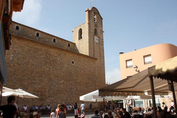 Terrazas y tiendas ocupan parte de la Plaça des Castell, la plaza más popular de Begur y a la cual está encarado Es Pedrís Llarg