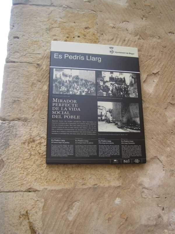 Placa informativa sobre la importancia histórica de Es Pedrís Llarg en Begur