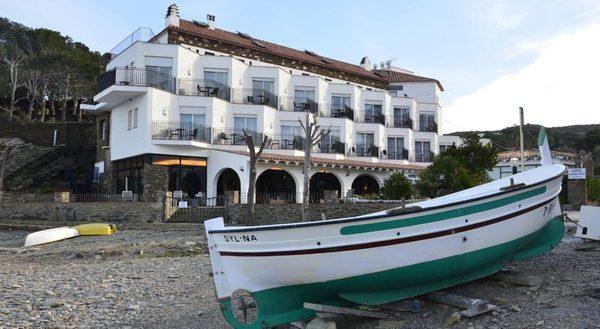 El Hotel Llané Petit de Cadaqués, también frente a la playa, es un lugar de reposo tranquilo y elegante