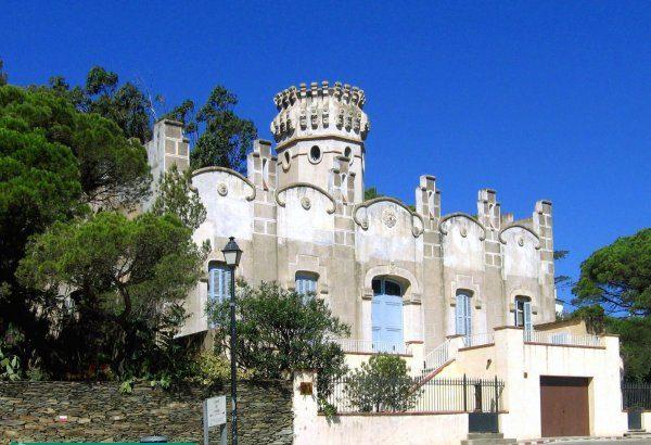 Casa Costa se encuentra justo enfrente de la Playa Llané Petit. Este curioso edificio, de reminiscencias neoclásicas, fue construido en 1929 por esta familia.