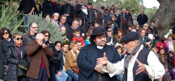 El público, buena parte de él visitantes que pasan la Navidad en Lloret, atienden con curiosidad a la recreación histórica de los hechos que explican la Fiesta del Traginer