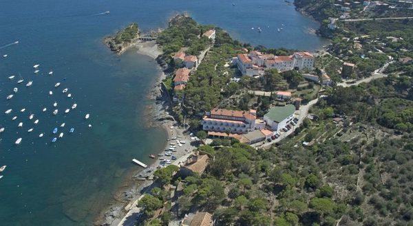Image aérea que nos muestra, en la parte superior, la Playa des Sortell y el pequeño puente de piedra. En la parte central de la imagen vemos también el Hotel Petit Llané frente a la playa.