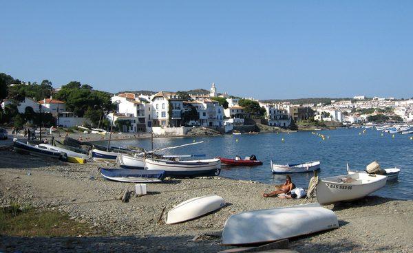 Llané Petit es una preciosa playa de pescadores y de bañista en Cadaqués, Cabo de Creus, que se encuentra a pocos centenares de metros del centro del pueblo y justo al lado de la Playa Llané Gran, un escenario de la vida de Dalí y de sus padres.