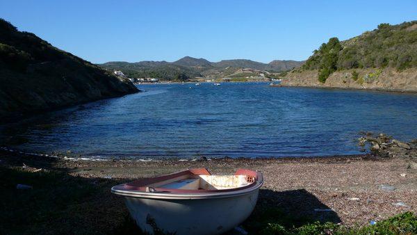 Y finalmente llegamos a la Cala Calders, donde encontramos esta pequeña barcaza, prueba evidente de la que estamos sobre una cala de aguas tranquilas y protegida del viento del norte, la Tramuntana, tan temido aquí cuando sopla con fuerza.