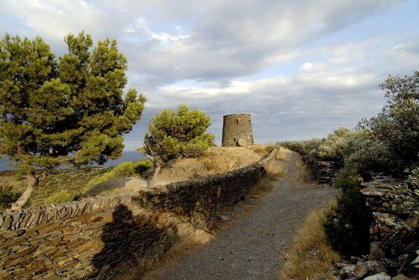 El Molino d'en Gay, también conocido como el Molino de Portlligat, ofrece unas preciosas vistas del Cabo de Creus. Tenemos constancia escrita de la existencia de este molino desde el siglo XVIII, aunque su ubicación es estratégicamente tan buena que bien pudiese haber sido con anterioridad una torre de guardia contra los piratas