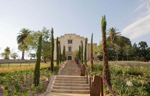 La Masía de Can Saragossa se encuentra integrada en el parque de Can Xardó (su antiguo nombre), en el centro de Lloret de Mar