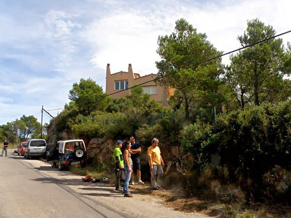 La entrada a la Cueva del Ángel se efectúa por una antigua tapadera del alcantarillado situada en la colina del Puig Son Ric, cerca del centro de Begur