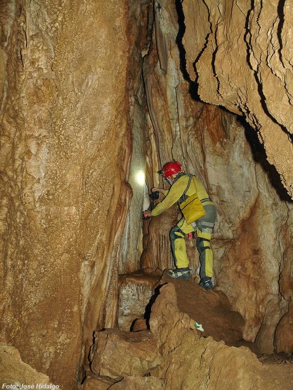 La entrada a la Cueva del Ángel se encuentra prohibida al público y su entrada se encuentra cerrada.