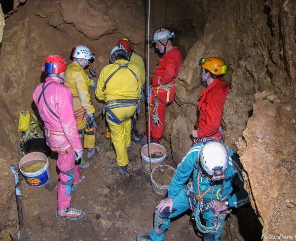 La primera sala de la Cueva del Ángel, en Begur, es la más grande y se desciende a ella con cuerda a 9 metros desde la mencionada placa.