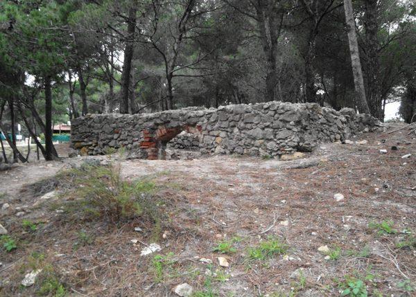 Cerca de la Torre Mora de Pals otros restos arquitectónicos nos confirman que, antes de la plantación del bosque de pinos, habían aquí casas junto al antiguo puerto natural de Pals, hoy ocupado por la playa.