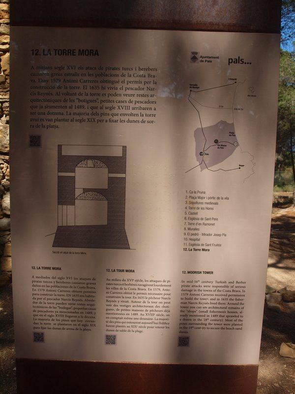 Torre Mora muestra un panel informativo con informaciones históricas que nos confirman la fecha de construcción de esta torre de defensa contra los piratas