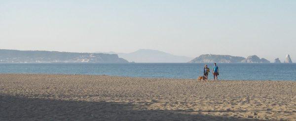 La Playa de Pals se encuentra a poco más de 300 metros a pie de la Torre Mora. Tras el almuerzo optamos por pasearnos un rato por la orilla mientras hacemos la digestión.