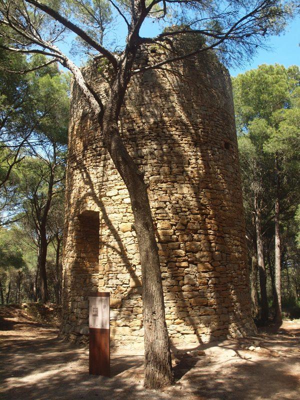 La Torre Mora de Pals es un pequeño tesoro del siglo XVI que nos ha llegado prácticamente intacto. Se encuentra frente a la Playa de Pals, y se encuentra a menuda oculta a la vista por los terrenos de la antigua Radio Liberty.